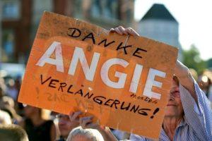 Una simpatizante de la canciller alemana, Angela Merkel, con un letrero en el que se lee, escrito en alemán, 'Gracias Angie, prolongación', en referencia a que siga como mandataria del país, el 14 de septiembre de 2016 en Berlín Foto:Tobias Schwarz/afp.com