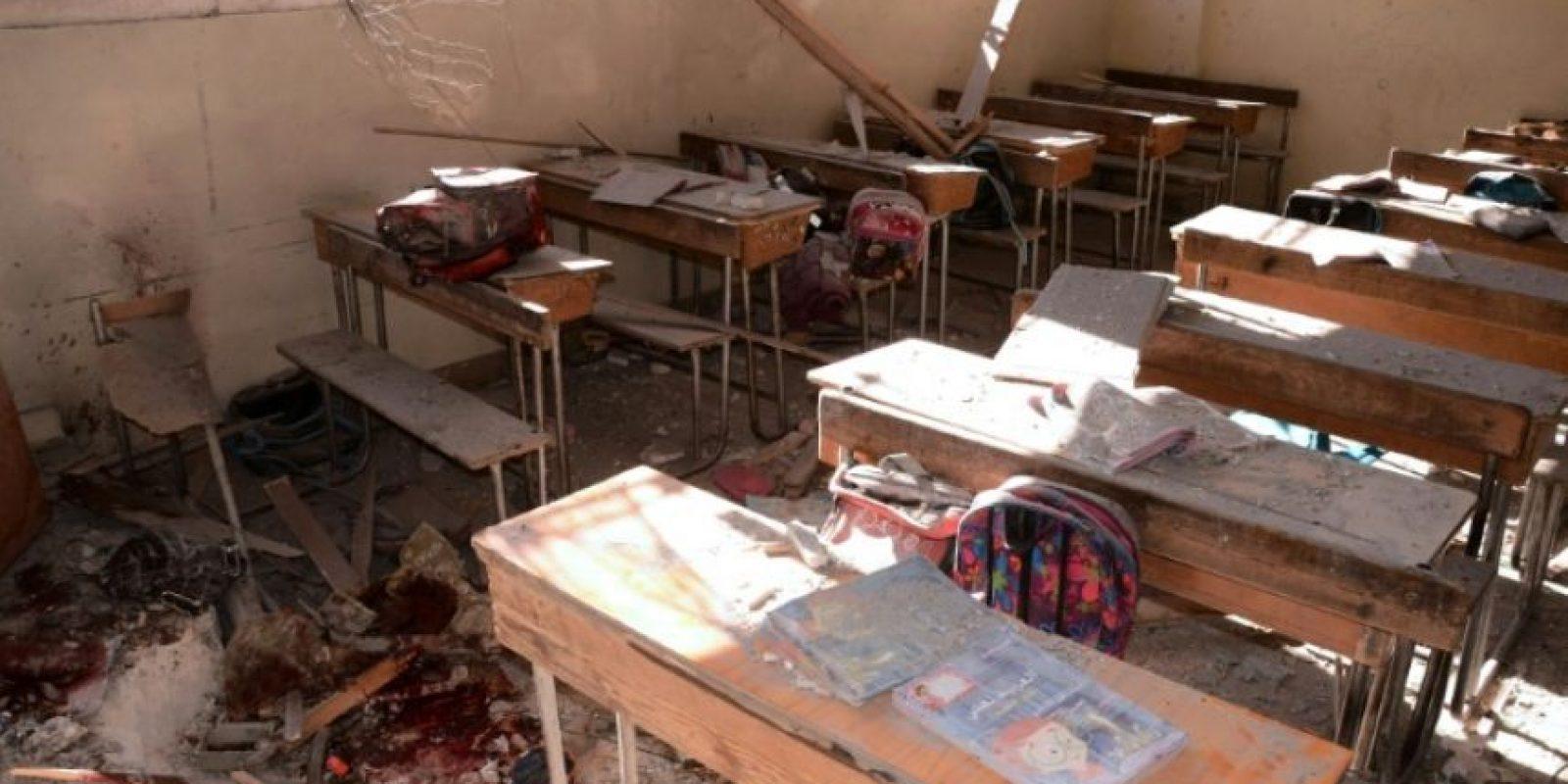 Un charco de sangre en el suelo de una escuela destrozada por un cohete supuestamente disparado por los rebeldes, en el barrio de Furqan, en la zona controlada por el Gobierno sirio de Alepo, el 20 de noviembre de 2016 Foto:George Ourfalian/afp.com
