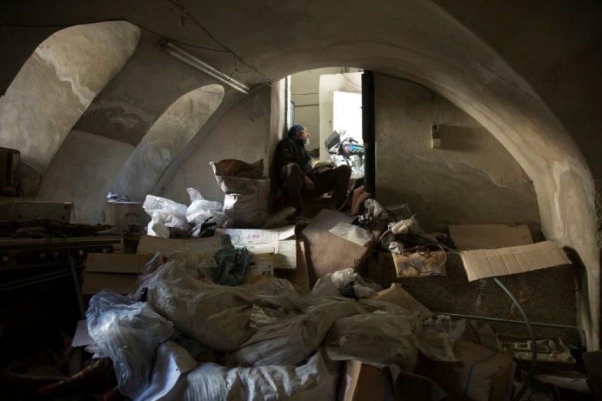 Un miembro de la defensa civil siria, los llamados Cascos Blancos, se refugia en un viejo edificio durante el bombardeo del barrio de Bab al-Nayrab, bastión rebelde en Alepo, el 19 de noviembre de 2016 Foto:Karam Al-Masri/afp.com