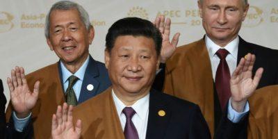 (I a D) el ministro de Relaciones Exteriores de Filipinas Perfecto Yasay, el presidente de China Xi Jinping y el presidente de Rusia Vladimir Putin durante la foto oficial de la cumbre de la APEC el 20 de noviembre de 2016 en Lima Foto:Martín Bernetti /afp.com