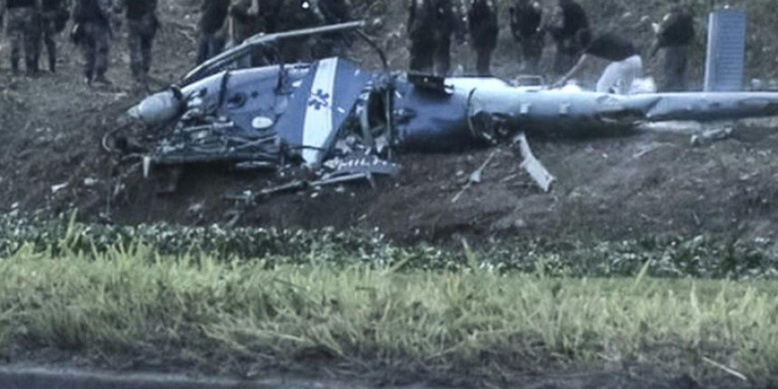 Una imagen tomada de un video muestra un helicóptero de la policía que se estrelló en la favela Cidade de Deus el 19 de noviembre de 2016 en Rio de Janeiro Foto:Tony Barros/afp.com