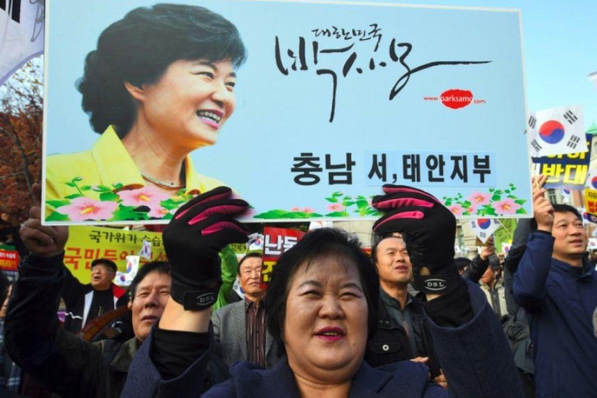 Una mujer se manifiesta en apoyo de la presidenta surcoreana, Park Geun-Hye, en una convocatoria para respaldar a la mandataria, en el centro de una polémica por un escándalo de corrupción de una amiga suya, el 19 de noviembre de 2016 en Seúl Foto:Jung Yeon-Je/afp.com