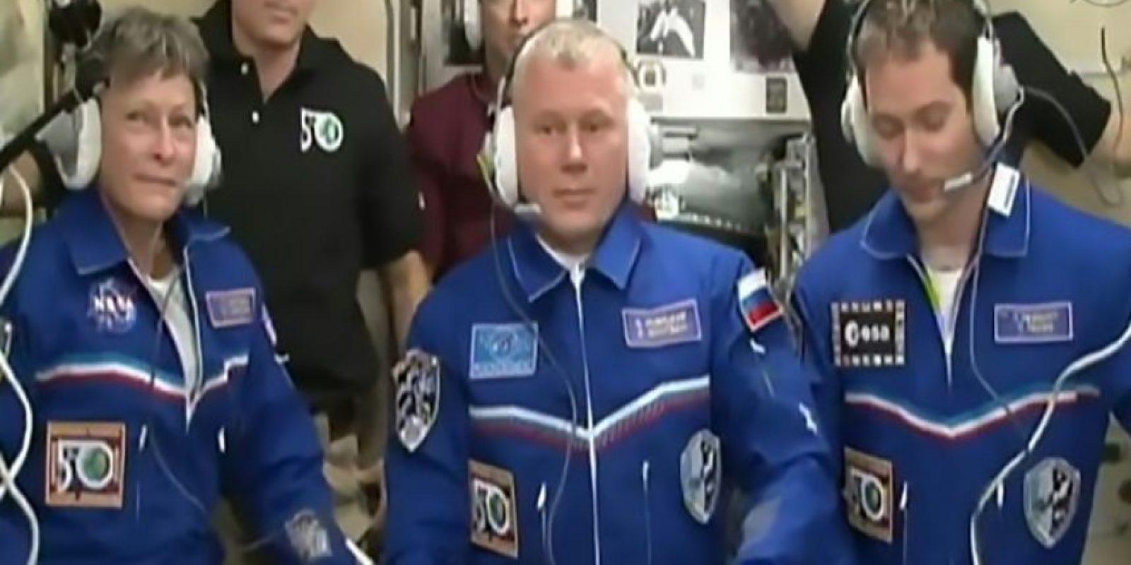 Los astronautas Peggy Whitson (I) Oleg Novitski (C) y Thomas Pesquet luego de su llegada a las Estación Espacial Internacional el 19 de noviembre de 2016 Foto:Douglas Curran/afp.com