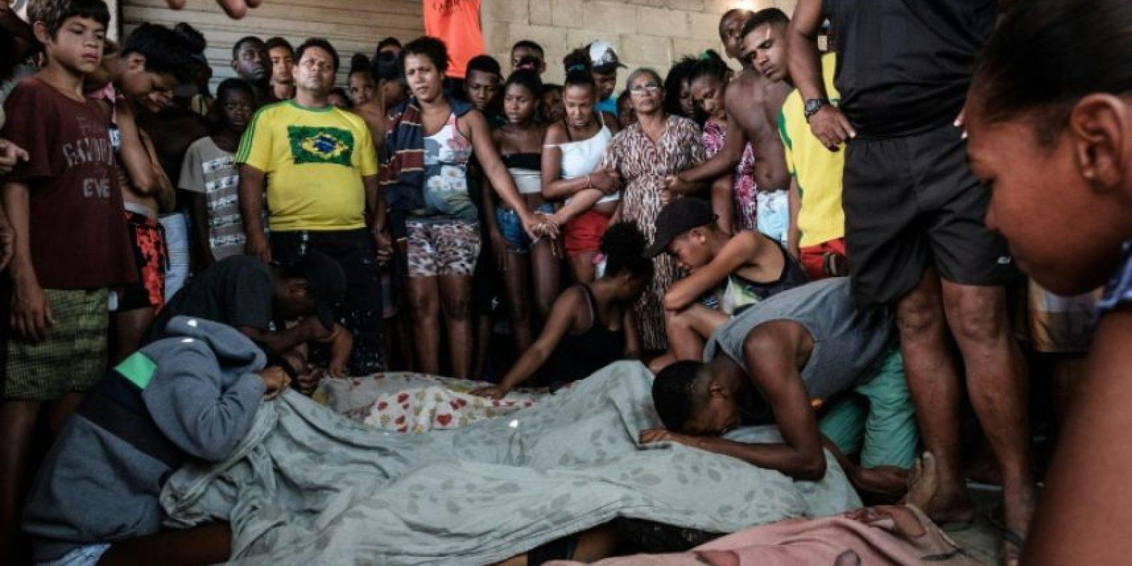 Un grupo de personas llora a sus familiares muertos tras un operativo policial en la favela Cidade de Deus el 20 de noviembre de 2016 en Rio de Janeiro Foto:Yasuyoshi Chiba/afp.com