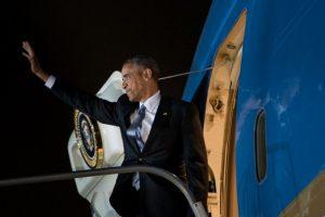 El presidente de Estados Unidos, Barack Obama, se despide en el aeropuerto Jorge Chávez de Lima, el 20 de noviembre de 2016 Foto:Brendan Smialowski/afp.com