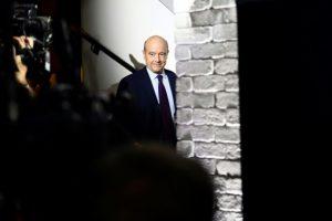 El candidato a las primarias de la derecha francesa para las elecciones de 2017 Alain Juppé llega a la sede de su campaña en París después de la primera ronda de las primarias, el 20 de noviembre de 2016 Foto:Martin Bureau/afp.com