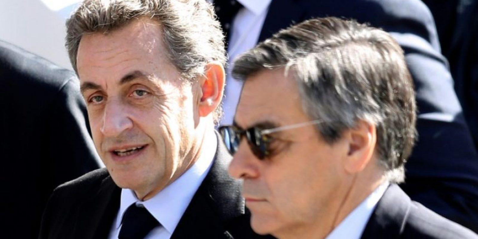 El expresidente francés Nicolas Sarkozy (I) y el candidato a las primarias de Les Republicains de cara a las presidenciales de 2017, François Fillon (D), durante el tributo a las víctimas de los atentados de Niza, el 15 de octubre de 2016 Foto:Valery Hache/afp.com