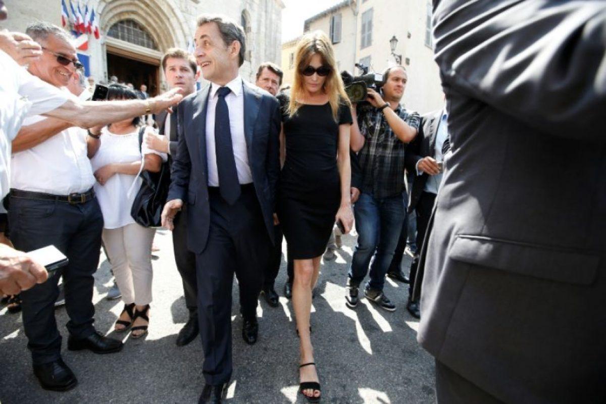 El expresidente francés, Nicolas Sarkozy, junto a su mujer, Carla Bruni, a la salida de un funeral en la catedral Notre-Dame-du-Puy, en Grasse, al sureste de Francia, el 7 de julio de 2015 Foto:Valery Hache/afp.com