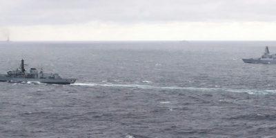 Foto divulgada el 21 de octubre de 2016 por el Ministerio de Defensa británico muestra a la fragata HMS Richmond (I) y la HMS Duncan, en un punto del mar no identificado hacia el mar Mediterráneo. Foto:GUY POOL/afp.com