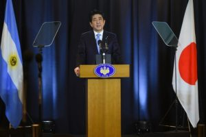 El primer ministro japonés Shinzo Abe habla durante una conferencia de prensa en Buenos Aires el 21 de noviembre de 2016. Foto:EITAN ABRAMOVICH/afp.com
