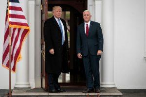 El presidente electo de Estados Unidos Donald Trump y el vicepresidente electo Mike Pence durante una declaración a la prensa el 20 de noviembre de 2016 en el club de golf de Bedminster, Nueva Jersey Foto:Drew Angerer/afp.com