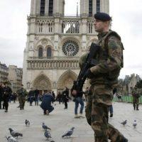 Un soldado patrulla frente a la catedral de Notre-Dame de París, un año después de los atentados del 13 de noviembre, a 16 de noviembre de 2016 Foto:Patrick Kovarik/afp.com
