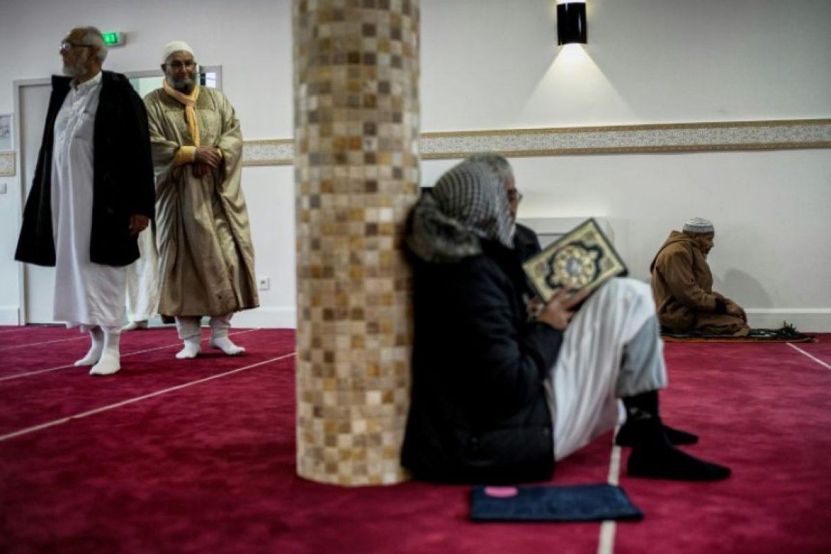 Varias personas se reúnen en la sala de oraciones de la recién inaugurada mezquita de Et-Tawba, en el barrio de La Duchère de Lyon (Francia), el 18 de noviembre de 2016 Foto:Jeff Pachoud/afp.com