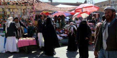 Varias personas pasean por un mercado de tiendas yemeníes en Saná, durante el alto el fuego por 48 horas anunciado por la colición árabe y secundada por los rebeldes chiitas hutíes, el 19 de noviembre de 2016 Foto:Abdel Rahman Abdallah/afp.com