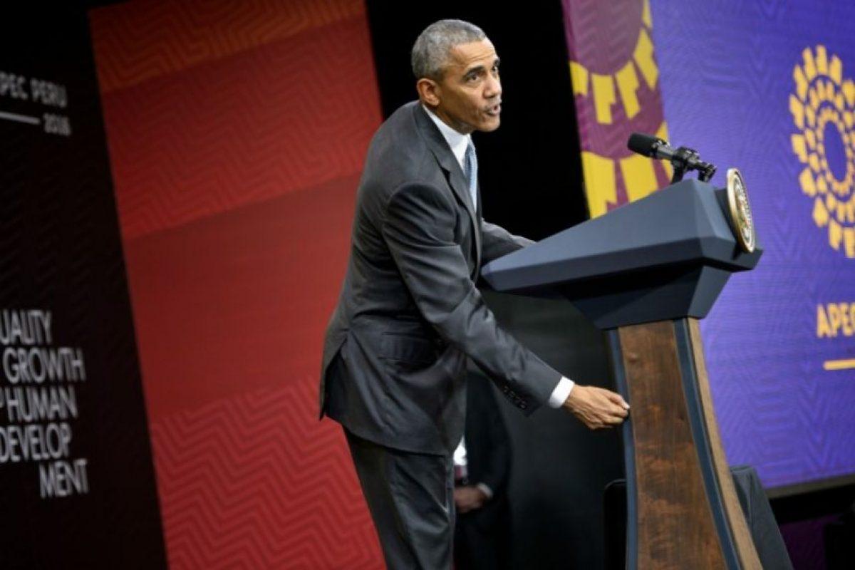 El presidente de EEUU, Barack Obama, golpea madera al referirse al comportamiento ético de su administración, durante una rueda de prensa después de la cumbre del Foro de Cooperación Económica Asia-Pacífico (APEC) en Lima, el 20 de noviembre de 2016 Foto:Brendan Smialowski/afp.com