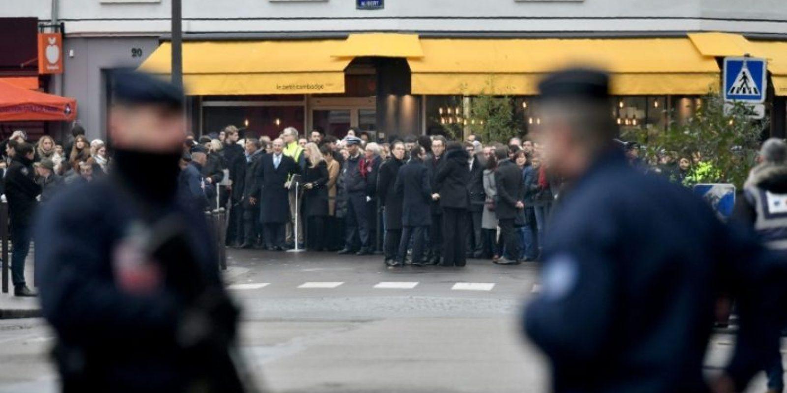 Dos policías franceses vigilan el homenaje a las víctimas del ataque yihadista al restaurante Le Petit Cambodge, en París, el 13 de noviembre de 2016, un año después de los atentados que sembraron el pánico en la capital francesa Foto:Philippe Lopez/afp.com
