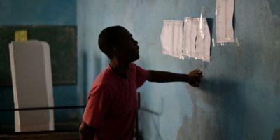 Un hombre consulta la lista de votantes en un colegio electoral de Petion Ville, en Puerto Príncipe, la capital de Haití, el 20 de noviembre de 2016 Foto:Héctor Retamal/afp.com