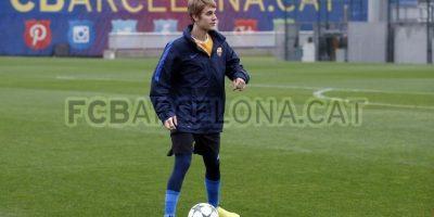 El cantante quien se prepara para dar un concierto en Barcelona estuvo este lunes en la cancha de entrenamiento del club azulgrana. Foto:FC Barcelona
