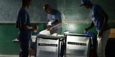 Trabajadores preparando las urnas para recibir a los ciudadanos haitianos que están convocados a votar, en Puerto Príncipe el 20 de noviembre de 2016 Foto:Héctor Retamal/afp.com