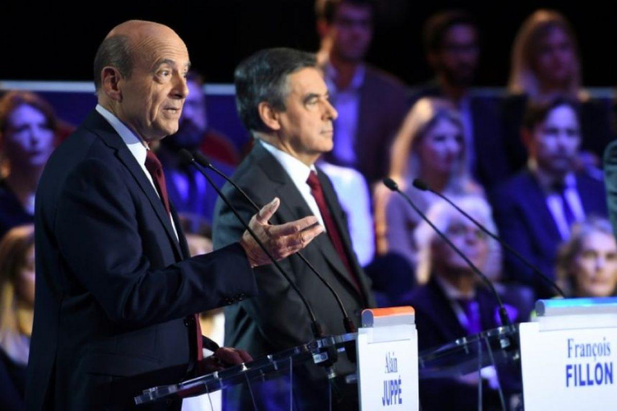 Los candidatos a la segunda vuelta de las primarias de Les Republicains (LR) de cara a las presidenciales francesas de 2017, Alain Juppé (I) y François Fillon (D), durante un debate televisado en la Salle Wagram de París, el 3 de noviembre de 2016 Foto:Eric Feferberg/afp.com