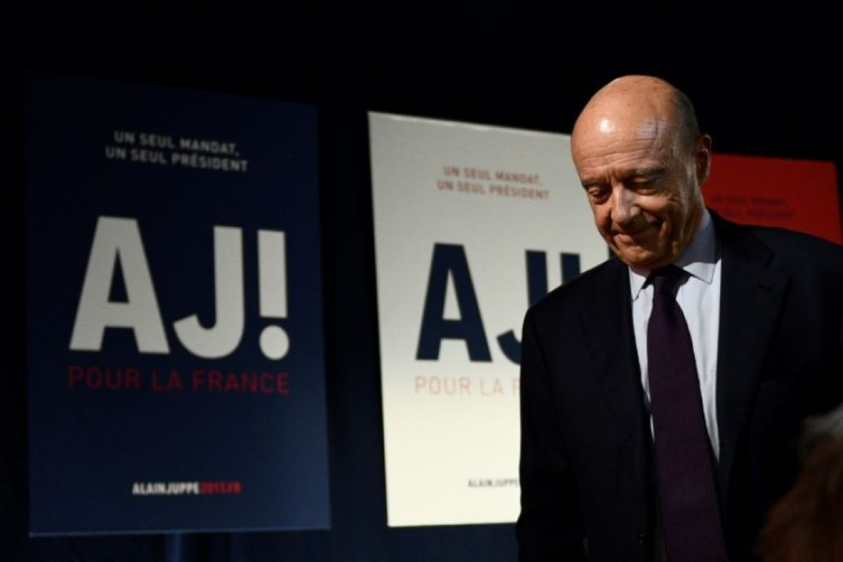 El candidato de la derecha francesa en las primarias Alain Juppé, alcalde de Burdeos y ex primer ministro, en su cuartel general de campaña tras la primera vuelta de dichas primarias, en París el 20 de noviembre de 2016 Foto:Martin Bureau/afp.com