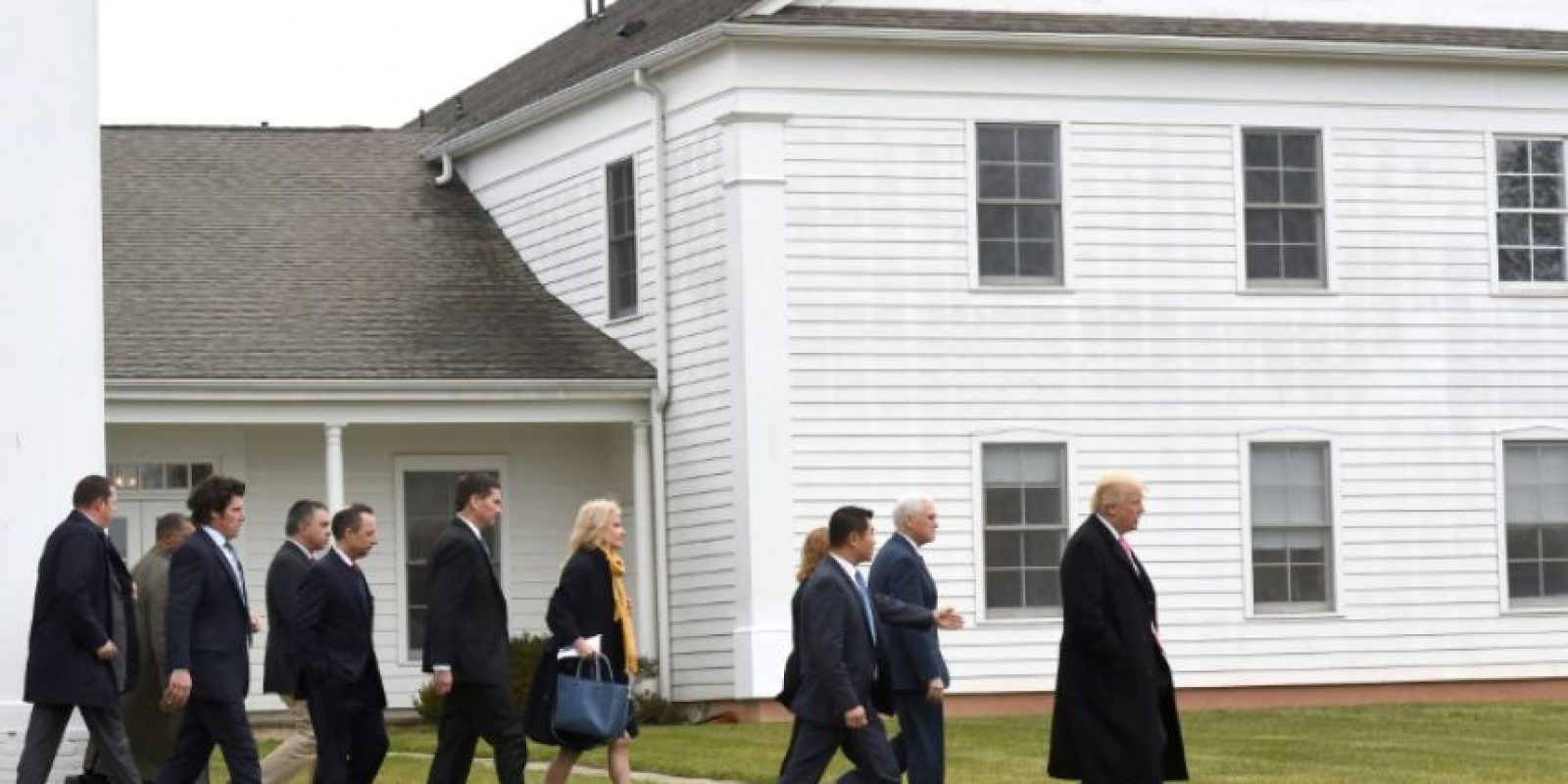 Donald Trump y Mike Pence, presidente y vicepresidente electo estadounidenses, salen de la iglesia presbiteriana a la que asistieron este 20 de noviembre de 2016 en Bedminster, Nueva Jersey (EEUU) Foto:Don Emmert/afp.com