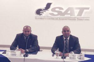 El intendente de Fiscalización, izquierda junto con el titular de la SAT, Juan Francisco Solórzano, derecha. Foto:Cortesía