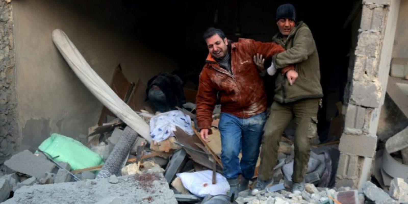Un hombre ayuda a otro a salir de los escombros de un edificio tras ataques aéreos sobre una zona controlada por los rebeldes en Alepo, el 20 de noviembre de 2016 Foto:Thaer Mohamed/afp.com