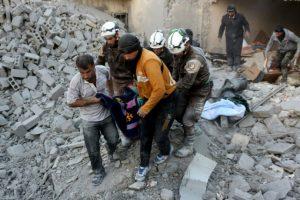 Voluntarios de la defensa civil siria, conocidos como Cascos Blancos, evacúan a una víctima de los escombros de un edificio tras ataques aéreos atribuidos al régimen sirio sobre una zona rebelde de Alepo, el 20 de noviembre de 2016 Foto:Thaer Mohamed/afp.com