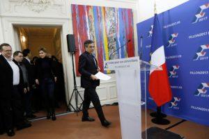 El candidato a las primarias de la derecha para las elecciones de 2017 Francois Fillon se dispone a dar un discurso en la sede de su campaña en París, tras ganar la primera vuelta, el 20 de noviembre de 2016 Foto:Thomas Samson/afp.com