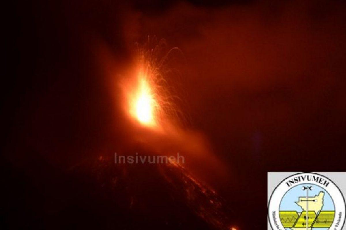 Actividad del volcán de Fuego por la madrugada del lunes Foto:Insivumeh