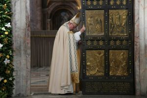 El papa Francisco cierra la Puerta Santa de la basílica de San Pedro para marcar el fin del Año de Misericordia, el 20 de noviembre de 2016 Foto:Tiziana Fabi/afp.com