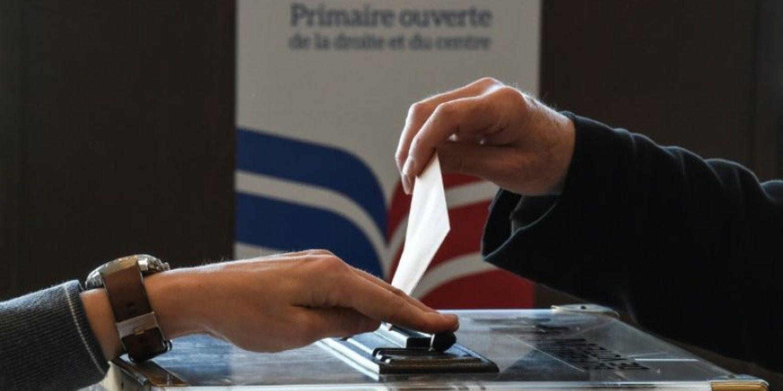Un hombre vota en las elecciones primarias de la derecha para elegir candidato presidencial, en Mulhouse el 20 de noviembre de 2016 Foto:Sebastien Bozon/afp.com