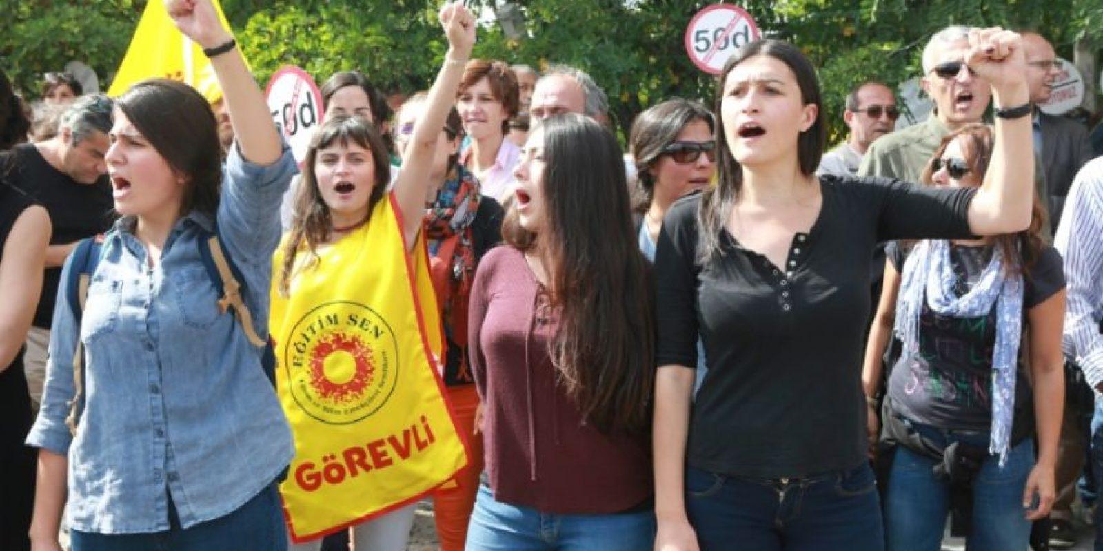 Una manifestación contra la suspensión de profesores universitarios a causa de la purga gubernamental por la fallida intentona golpista, el pasado 22 de septiembre en Ankara, frente al Consejo de Enseñanza Superior (YÖK) Foto:Adem Altan/afp.com