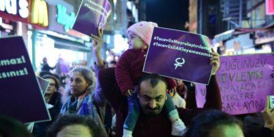 Un hombre con un bebé en hombros se manifiesta en el barrio de Kadikoy, en Estambul, el 19 de noviembre de 2016 contra la propuesta de ley sobre agresiones sexuales a menores Foto:Yasin Akgul/afp.com