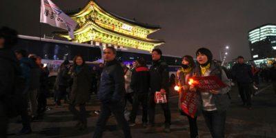 Manifestación para pedir la dimisión de la presidenta surcoreana, Park Geun-Hye, frente a Gwanghwamun, la puerta principal del palacio de Gyeongbokgung, en el centro de Seúl el 12 de noviembre de 2016 Foto:Jung Yeon-Je/afp.com
