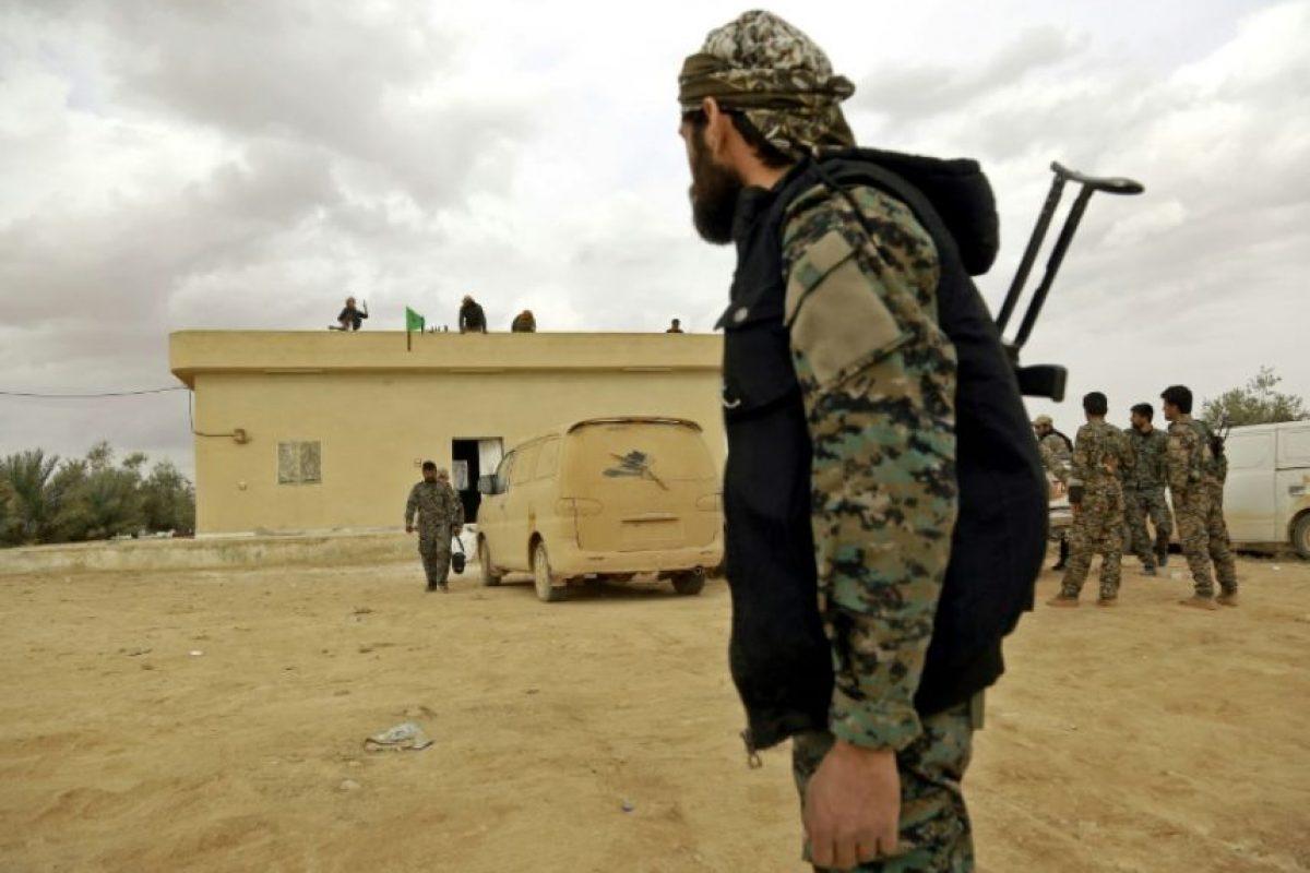 Combatientes de la alianza kurdo-árabe, conocida como Fuerzas Democráticas Sirias, en Tuwaylá, a las afueras del bastión yihadista de Raqa, el 16 de noviembre de 2016 Foto:Delil Souleiman/afp.com