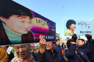 Surcoreanos se manifiestan en señal de apoyo a la presidenta del país, Park Geun-Hye, en Seúl el 19 de noviembre de 2016 Foto:Jung Yeon-Je/afp.com