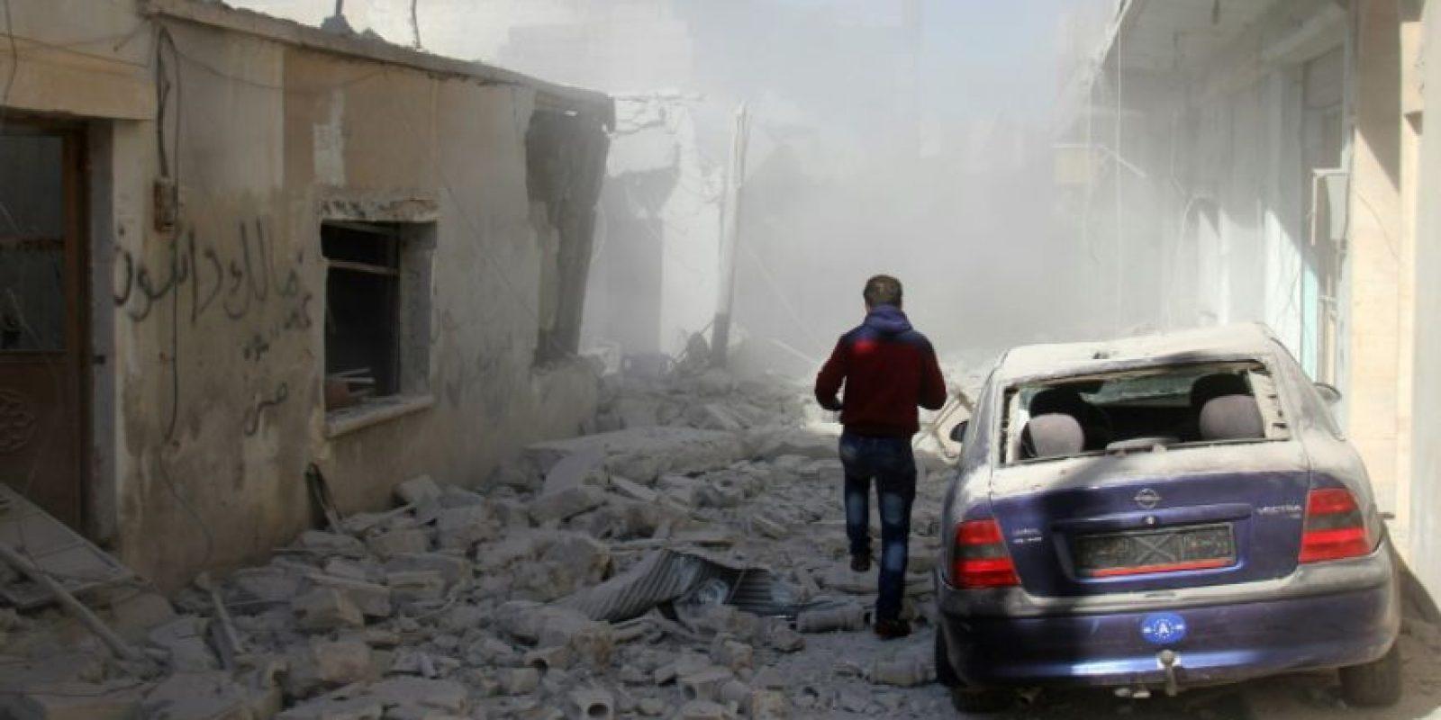 Un civil corre buscando refugio entre edificios destruidos en Bench, a las afueras de Idlib, tras ataques aéreos sirios y rusos, el 22 de noviembre de 2016 Foto:Omar haj kadour/afp.com