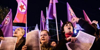 Mujeres protestan por el proyecto de ley sobre agresiones sexuales a menores del Parlamento turco, en Estambul el 18 de noviembre de 2016. La norma establecía, en algunos casos, la anulación de la condena al agresor si se casaba con su víctima Foto:Yasin Akgul/afp.com