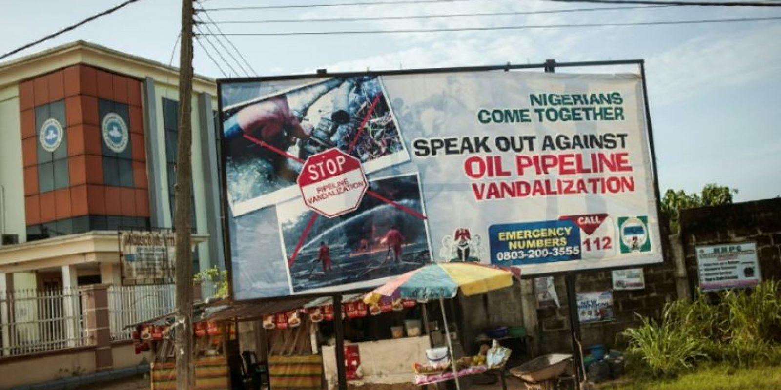Un cartel publicitario hace referencia al vandalismo contra el oleoducto de la ciudad de Warri, en el Estado del Delta (Nigeria), el 10 de junio de 2016 Foto:Stefan Heunis/afp.com