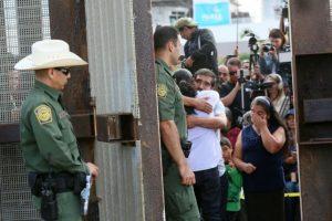 Luis Hernández abraza a su padre Eduardo al abrirse la valla de acero que separa la frontera entre México y Estados Unidos el 19 de noviembre de 2016 en San Ysidro Foto:Sandy Huffaker/afp.com