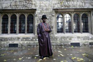 El rey tribal nigeriano Emere Godwin Bebe Okpabi posa después de una entrevista en el centro de Londres, el 21 de noviembre de 2016 Foto:Adrian Dennis/afp.com
