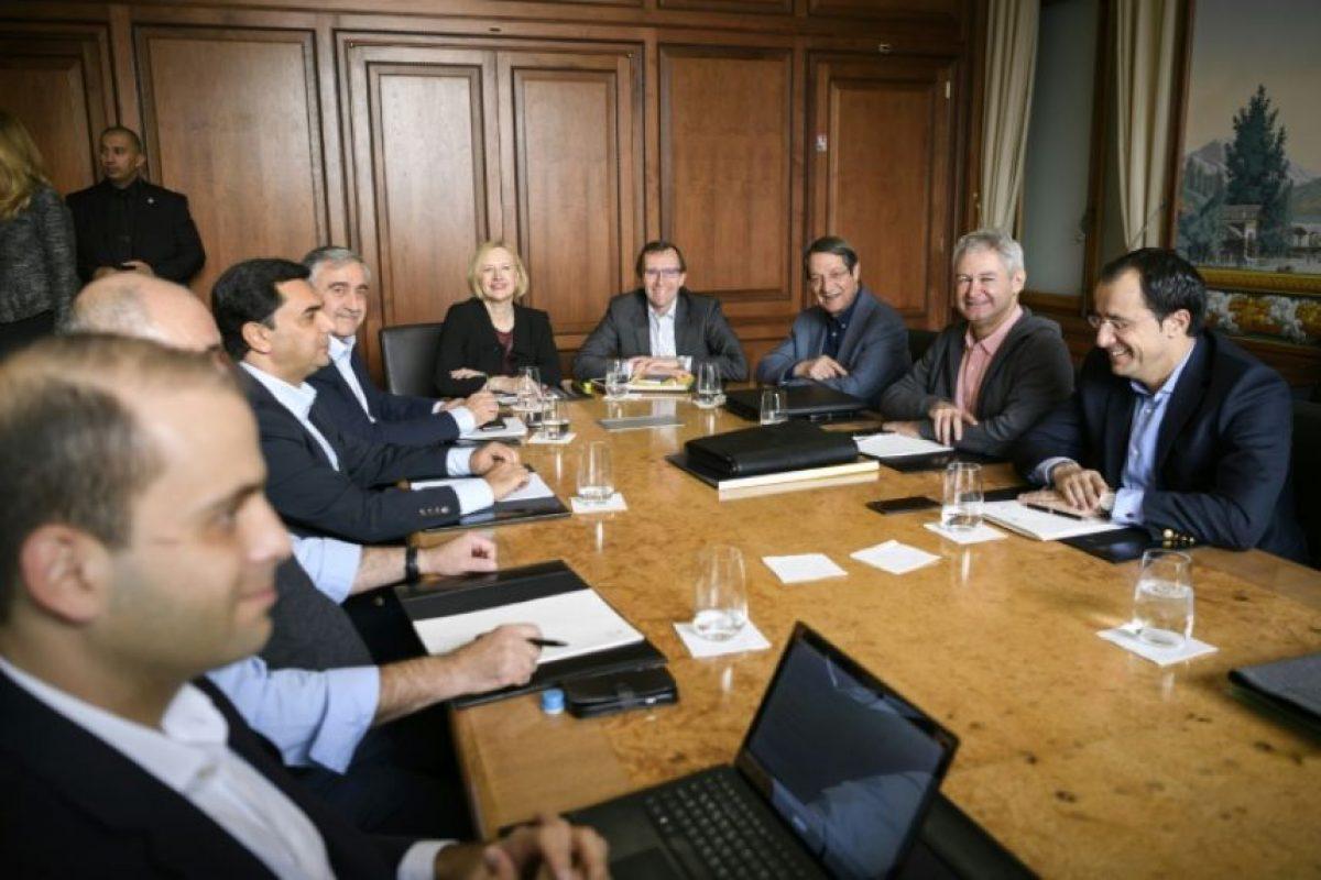 Mesa de trabajo sobre las negociaciones de unión entre los líderes chipriotas y representantes de la ONU, el 20 de noviembre en Mont-Pélerin (Suiza) Foto:FABRICE COFFRINI/afp.com