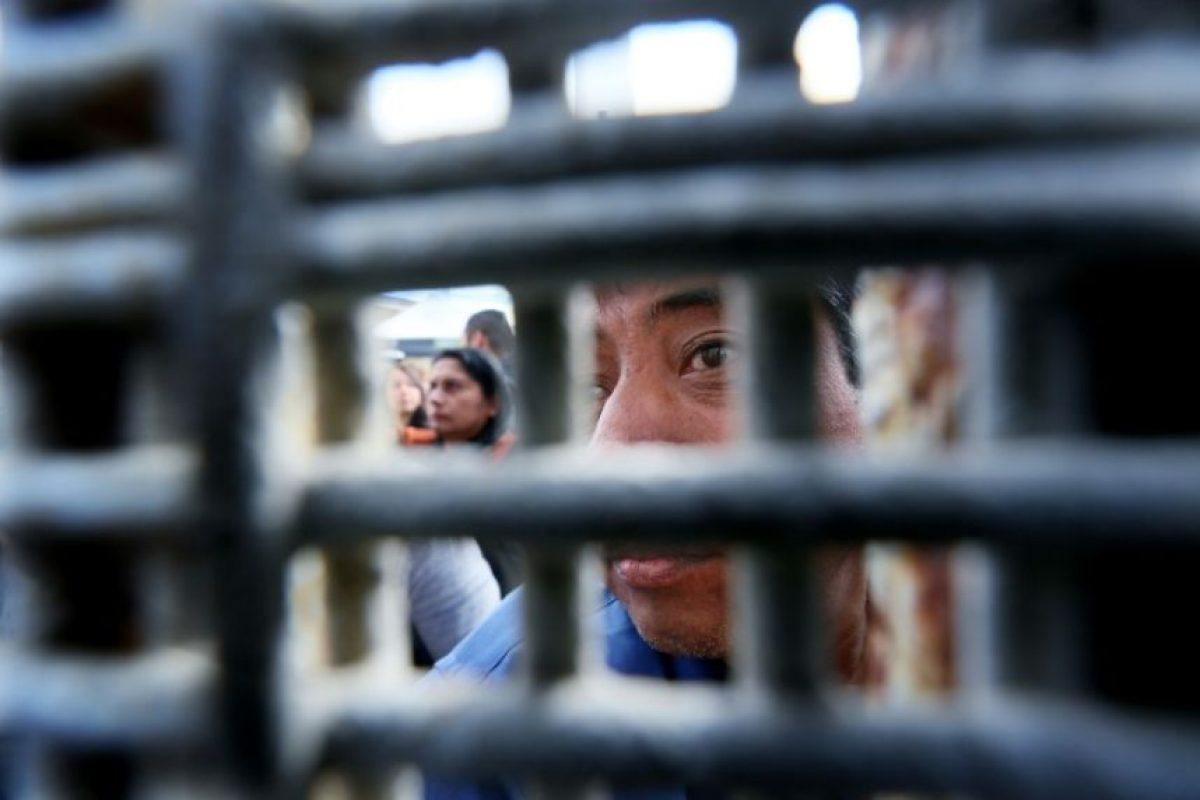 Un ciudadano mexicano mira a través de la valla que separa México de Estados Unidos el 19 de noviembre de 2016 en San Ysidro Foto:Sandy Huffaker/afp.com