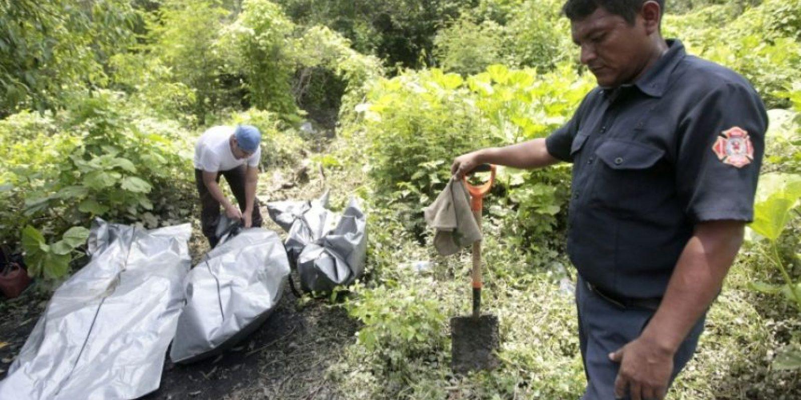 Personal forense trabaja en el área de una tumba clandestina de la cual se retiraron tres cadáveres en el vecindario Manuel Anorve, en el municipio de Acapulco, estado de Guerrero, México, el 31 de julio de 2016. Foto:Pedro Pardo/afp.com