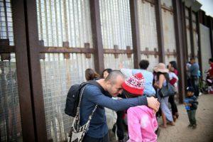 Adrián González consuela a su hija Aileen luego de ver a sus abuelos mexicanos en la frontera con Estados Unidos el 19 de noviembre de 2016 en San Ysidro Foto:Sandy Huffaker/afp.com