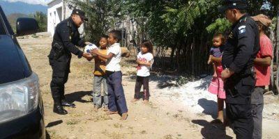 Niños descalzos reciben pelotas y la visita de la Policía en el oriente de Guatemala