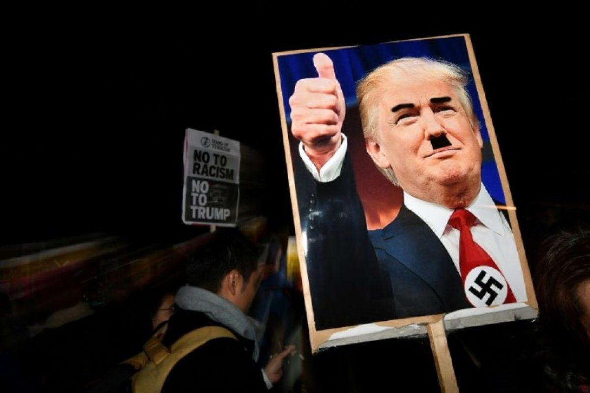 Una fotografía del presidente electo de Estados Unidos, Donald Trump, modificada para mostrarle con una esvástica nazi y un bigote como el del dictador Adolf Hitler, en una protesta ante la embajada estadounidense en Londres el 9 de noviembre de 2016 Foto:Ben Stansall/afp.com