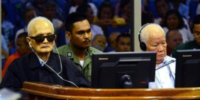 Imagen distribuida por la justicia camboyana este 23 de noviembre de 2016 que muestra a los exdirigentes de los Jemeres Rojos Nuon Chea (izq) y Khieu Samphan (dcha), en el tribunal de Phnom Penh Foto:Sok Heng Nhet/afp.com